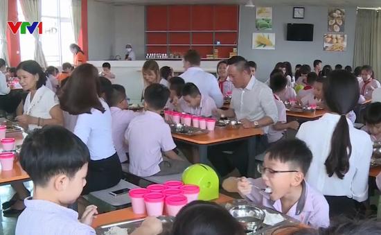 Thầy cô ăn trưa cùng học sinh tại nhiều trường ở TP Huế