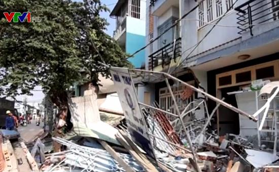Xe container mất lái, tông sập 3 nhà dân ở TP.HCM