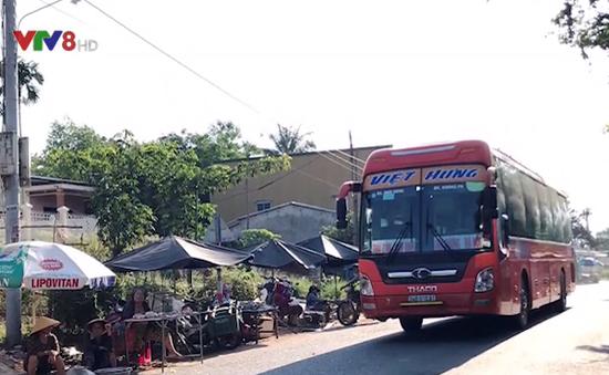 Quảng Nam: Bất chấp nguy hiểm, người dân vẫn họp chợ trên QL 14B