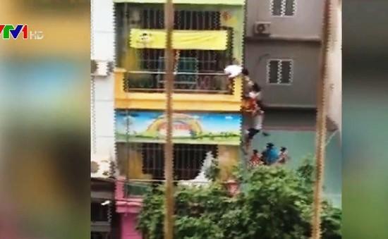 Hà Nội: Giải cứu nhiều cháu bé ở trường mầm non khỏi đám cháy