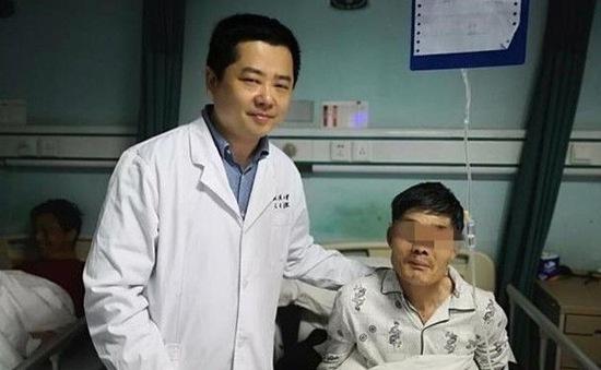 Ngỡ ngàng phát hiện khối u mắc trong cổ họng khi uống rượu