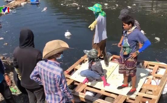 Nhóm thanh niên nhặt rác làm sạch kênh ở Campuchia