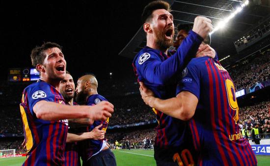 """Messi bị tố """"ăn gian"""" khi lập siêu phẩm khiến cả thế giới quỳ gối"""