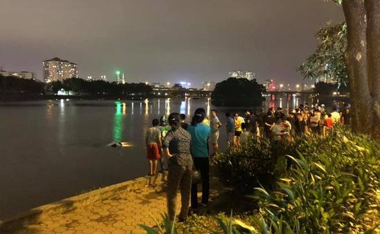 Hà Nội: Ô tô mất lái lao xuống hồ Linh Đàm