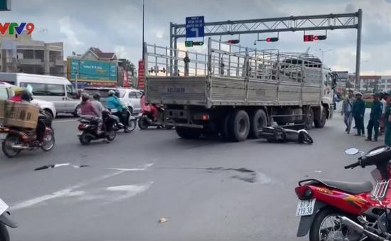 Bình Dương: Xe tải ôm cua cán chết phụ nữ đi xe máy