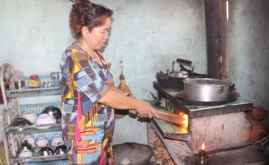 Dân phải đốt đèn dầu vì thiếu điện