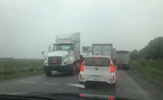 Hàng trăm phương tiện ùn tắc do xà lan đâm cầu An Thái