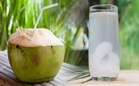 Nước dừa: Nước dừa: Giải khát mùa Hè và công dụng tuyệt vời cho sức khỏe |  VTV.VN