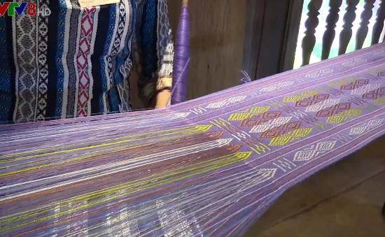 Lưu giữ nghề dệt thổ cẩm