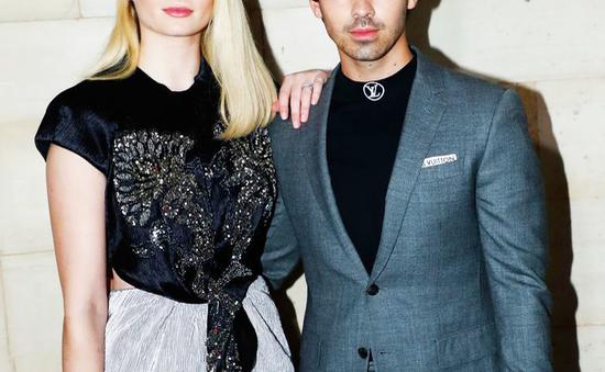 Vỏ kẹo trong đám cưới của Joe Jonas được đấu giá lên tới hơn 1.000 USD