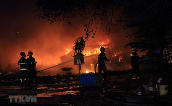 Cháy vựa phế liệu 2.000 m2 tại Bình Dương