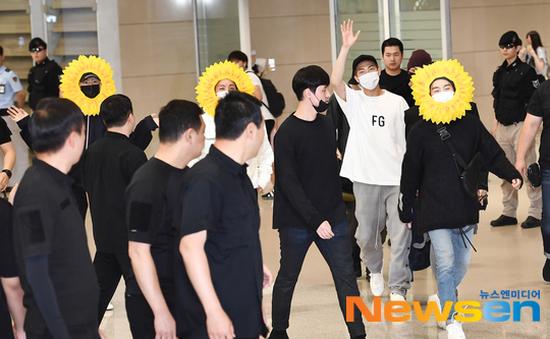 BTS gây choáng với thời trang kiểu... hoa hướng dương