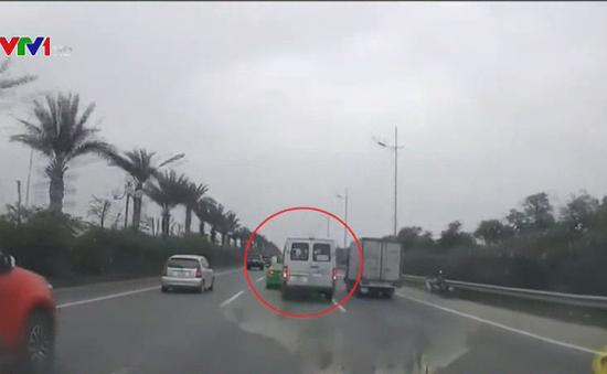 Xác minh 2 lái xe chèn ép nhau trên đường gần sân bay