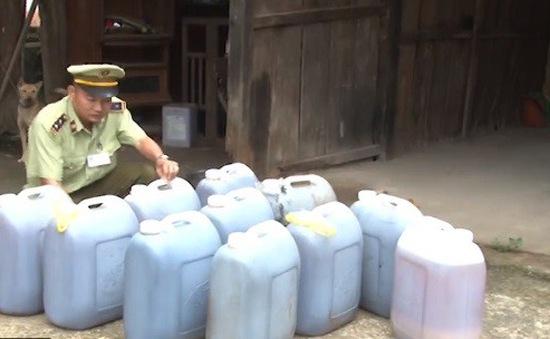 Phát hiện vụ vận chuyển hàng trăm lít dầu ăn bẩn