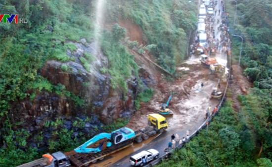 Sạt lở đèo Bảo Lộc làm ách tắc giao thông 5 giờ