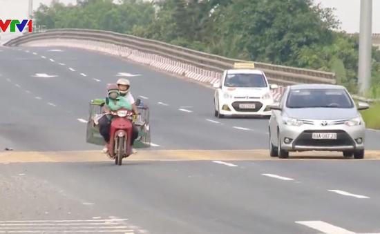 Bất chấp nguy hiểm, xe máy cố tình đi vào làn đường ô tô trên đại lộ Thăng Long