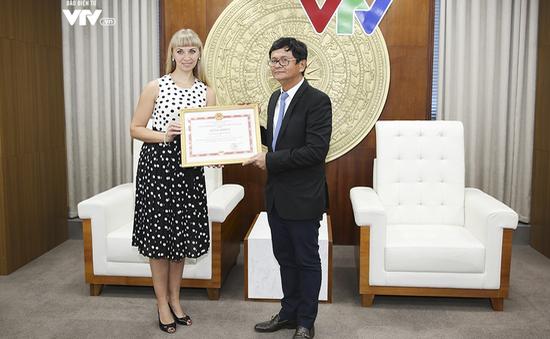Tổng Giám đốc Đài THVN trao bằng khen cho Giám đốc Trung tâm Khoa học và Văn hóa Nga tại Việt Nam
