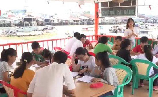 Lớp học tiếng Anh miễn phí cho trẻ em tại chợ nổi Cái Răng