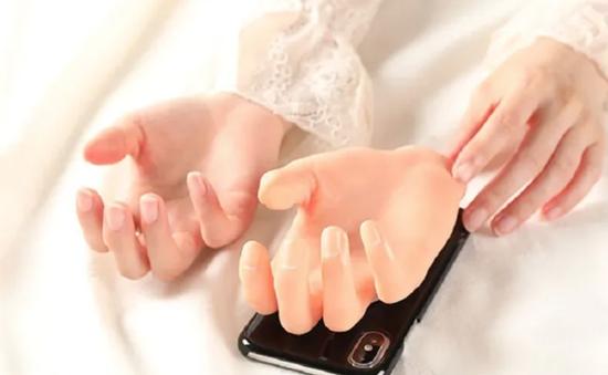"""Ốp điện thoại """"tay nắm tay"""" cho người ế bền vững"""