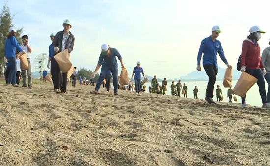 Ninh Thuận: Dọn sạch biển hưởng ứng Ngày Môi trường Thế giới