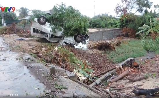 Bình Thuận: Ôtô 16 chỗ lao vào lề lật ngửa, 3 người bị thương
