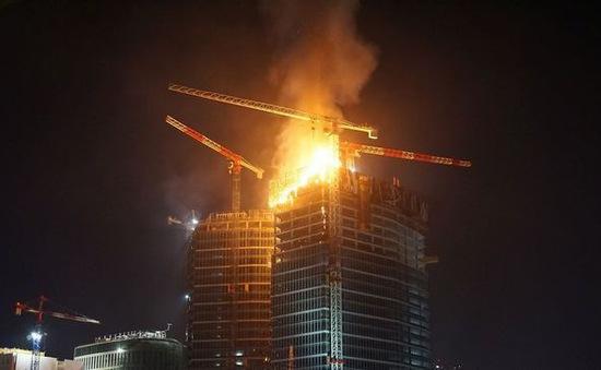 Cháy tòa nhà chọc trời ở Ba Lan
