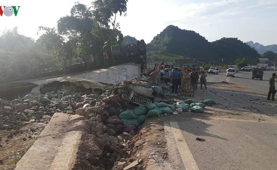 Sơn La: Lật xe đầu kéo, 3 người bị thương nặng