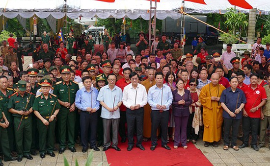 Nguyên Chủ tịch nước Trương Tấn Sang viếng các anh hùng liệt sĩ tại Vị Xuyên