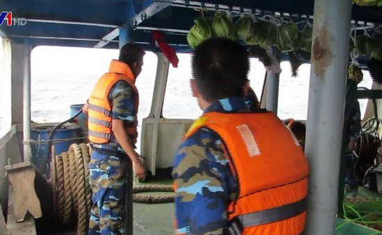 Nỗ lực gỡ lưới, tiếp cận tàu để tìm 9 ngư dân mất tích trên biển Hải Phòng