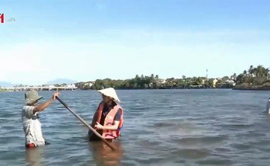 Nghề cào hến trên sông Hoài