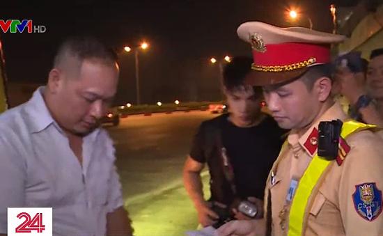 Cảnh sát giao thông sử dụng camera chuyên dụng trong thi hành công vụ