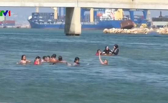 Bất chấp ảnh hưởng sức khỏe, người dân Lebanon bơi ở vùng nước ô nhiễm