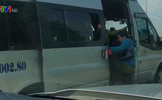 Ngang nhiên dừng đón trả khách trên cao tốc Hà Nội - Bắc Giang