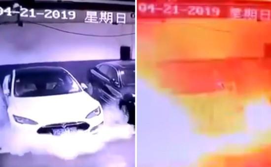 Tìm ra nguyên nhân xe điện Tesla bốc cháy tại Trung Quốc