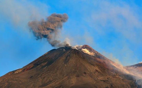 Italy và Peru ứng phó khẩn cấp trước hoạt động của núi lửa
