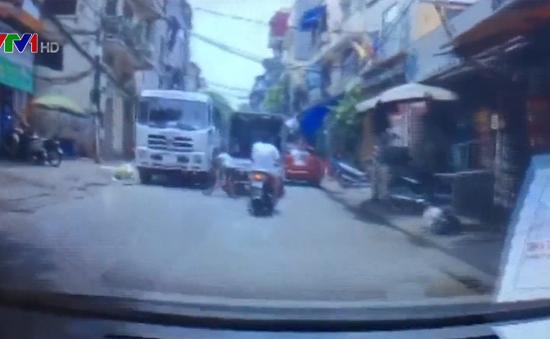 Thót tim trước cảnh trẻ nhỏ đạp xe lao thẳng vào xe bồn