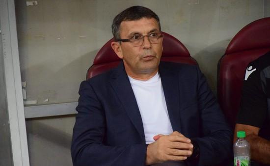 HLV Dinamo Bucharest lên cơn đột quỵ ngay trong trận đấu