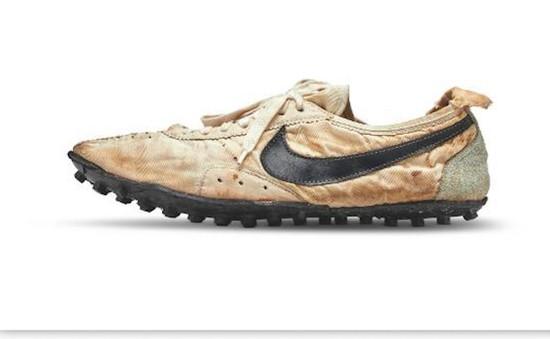 Đôi giày cũ có giá gần 450.000 USD