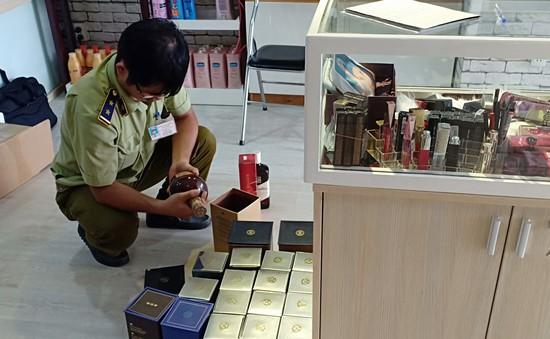 Tây Ninh: Tạm giữ 229 chai rượu ngoại và mỹ phẩm có dấu hiệu vi phạm