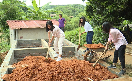 Quỹ Tấm lòng Việt và du học sinh Mỹ khoác chiếc áo mới cho điểm trường vùng cao