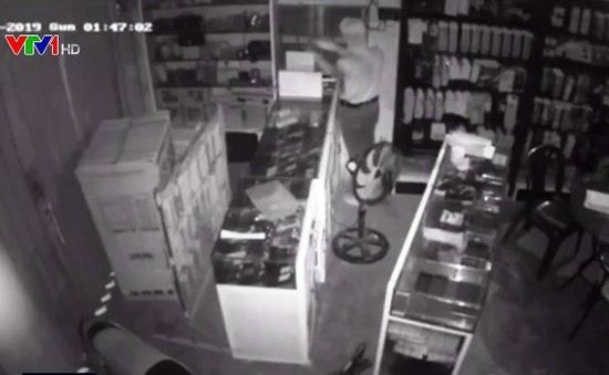 Truy tìm siêu trộm lấy 80 điện thoại trong 17 phút