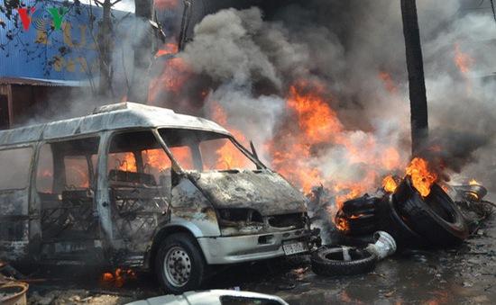 Cháy cơ sở kinh doanh lốp xe ô tô cũ, khói bốc cao hàng chục mét