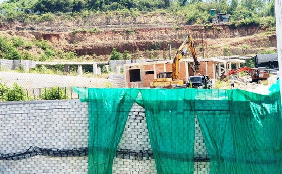 Bắt đầu tháo dỡ bức tường khổng lồ tại dự án Đồi Xanh Nha Trang