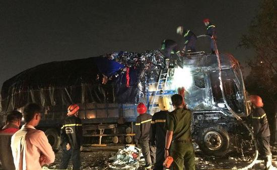 TP.HCM: Xe tải bốc cháy trên cầu Phú Mỹ