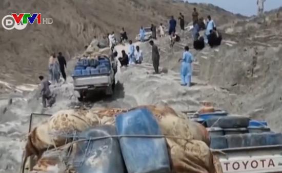 Lách cấm vận, người dân Iran buôn xăng dầu qua đường tiểu ngạch
