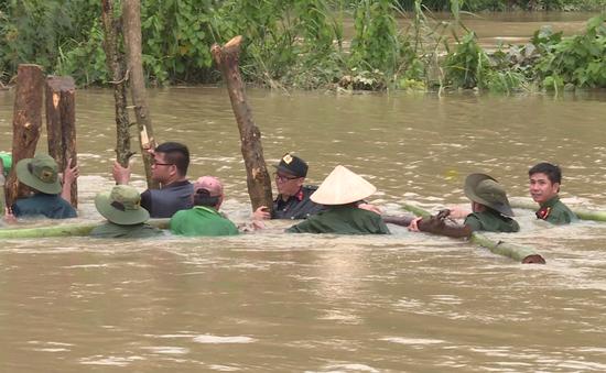 Hàng trăm người dầm mình dưới nước đắp đê bị vỡ để cứu lúa