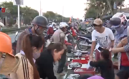 Quảng Nam: Lấn đường họp chợ gây mất trật tự an toàn giao thông