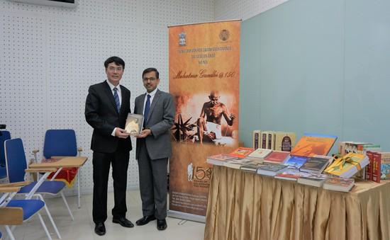 Đại sứ quán Ấn Độ tặng 36 cuốn sách cho Thư viện Quốc gia Việt Nam