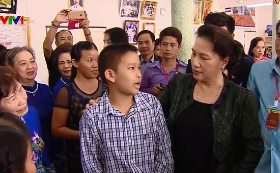 Chủ tịch Quốc hội thăm chùa và lớp học tiếng Việt tại Thái Lan