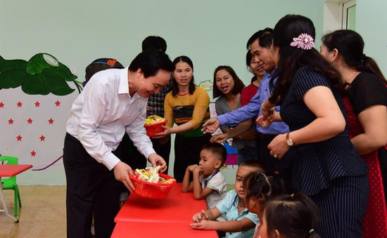 Trước thềm năm học mới, Bộ trưởng Phùng Xuân Nhạ tới thăm thầy trò vùng lũ Quan Sơn